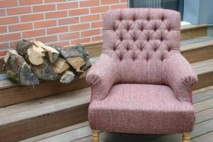 Fauteuil Anglais capitonné habillé d'une pure laine tissée en Irlande  à motifs de chevrons pour passer confortablement de longues soirées d'hiver…