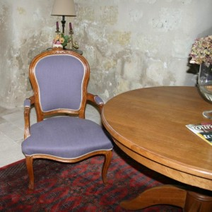 Cabriolet Louis XV restauré avec un lin couleur mûre de chez Nobilis