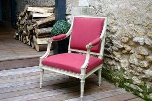 Restauration d'un fauteuil à la reine Louis XVI avec un lin couleur sangria de chez Nobilis
