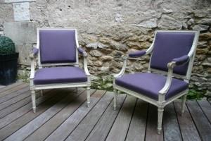 Restauration de fauteuils à la reine Louis XVI avec un lin couleur mûre de chez Nobilis